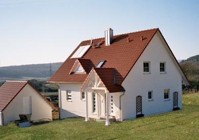 haus rotes dach fassade moderne huser von tredup schwarzes dach bildagentur pitopia. Black Bedroom Furniture Sets. Home Design Ideas